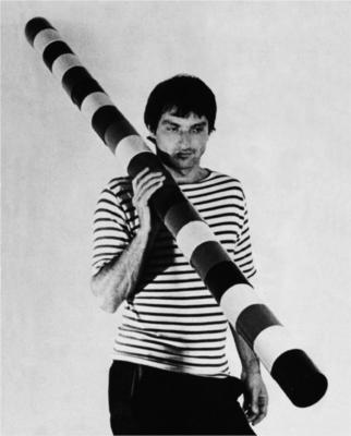 André Cadere nació en Polonia, creció en Rumania y murio en París en 1978. Conocido por su serie de barras redondas de madera pintadas a mano que, desafiaban los límites entre la pintura y la escultura. Cadere fue uno de los primeros artistas en remarcar que los objetos eran inseparables de los contextos de mercado e institucional. texto del wiki http://www.wikiart.org/en/andre-cadere
